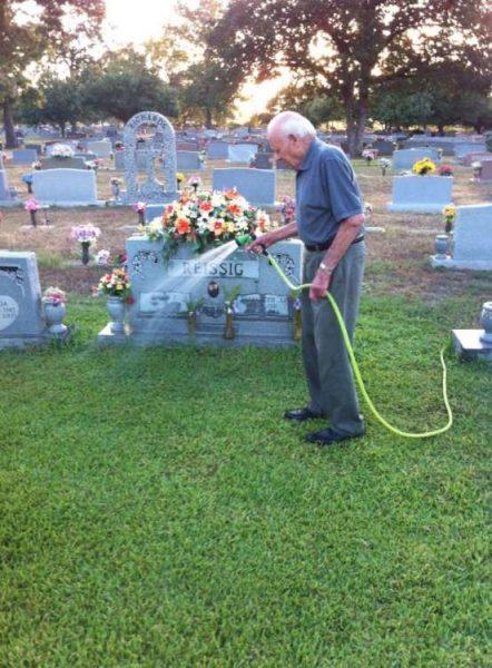 ίδε έναν ηλικιωμένο να ποτίζει τον τάφο 6