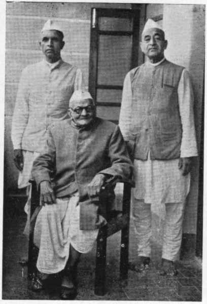 Karnataka Lion Gangadharrao Deshpande with his disciples Ramchadra Wadavi(Left) and Pundalikji Katagade(Right)