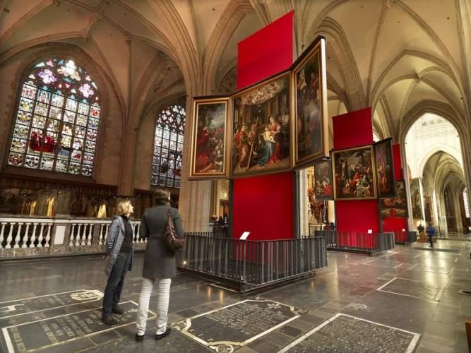 教会の祭壇画はかなり近づいて見ることが可能。美術館とは異なり、礼拝にくる人々の生活に息づく絵でもあります。
