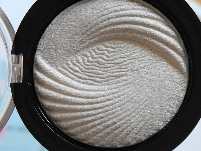 8dae8 dsc046822b252812529 - Makeup Revolution Vivid Baked Highlighter - Golden Lights