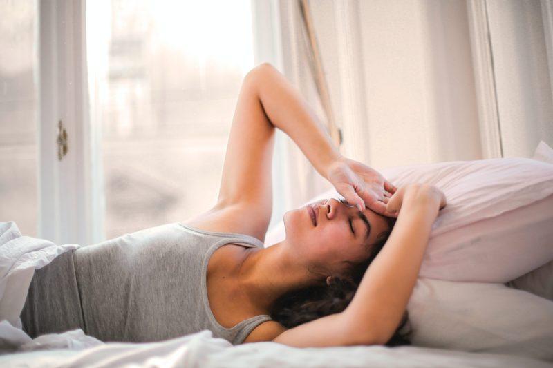 woman in gray tank top lying on bed 3768582 scaled - 25 ANTI-VERVEELTIPS VOOR DE VAKANTIE DIE CORONAPROOF ZIJN