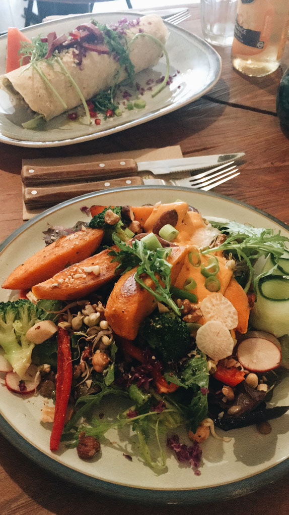 Veganer Salat mit Süßkartoffeln