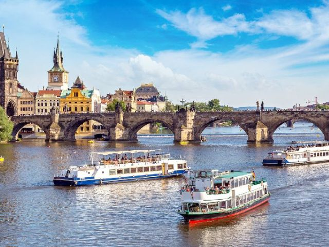 Prague Full Day Sightseeing Tour with Cruise and Lunch