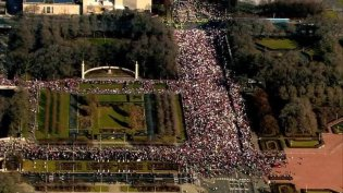 Crowds gather on Jackson Boulevard for the Women's March On Chicago on Saturday, Jan. 21, 2017. IMAGE: JOHN J. KIM/CHICAGO TRIBUNE VIA AP PHOTO