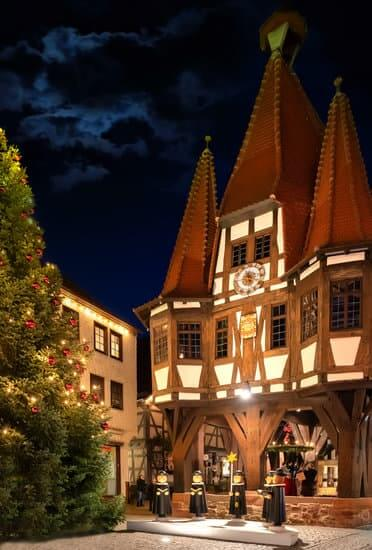 Christmas Market with town hall and christmas tree in the old town of Michelstadt, Odenwald, GermanyMarket in Michelstadt, Odenwald, Germany