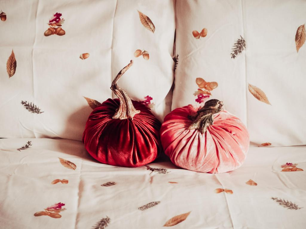 Fall bed linen and velvet pumpkins for Autumn