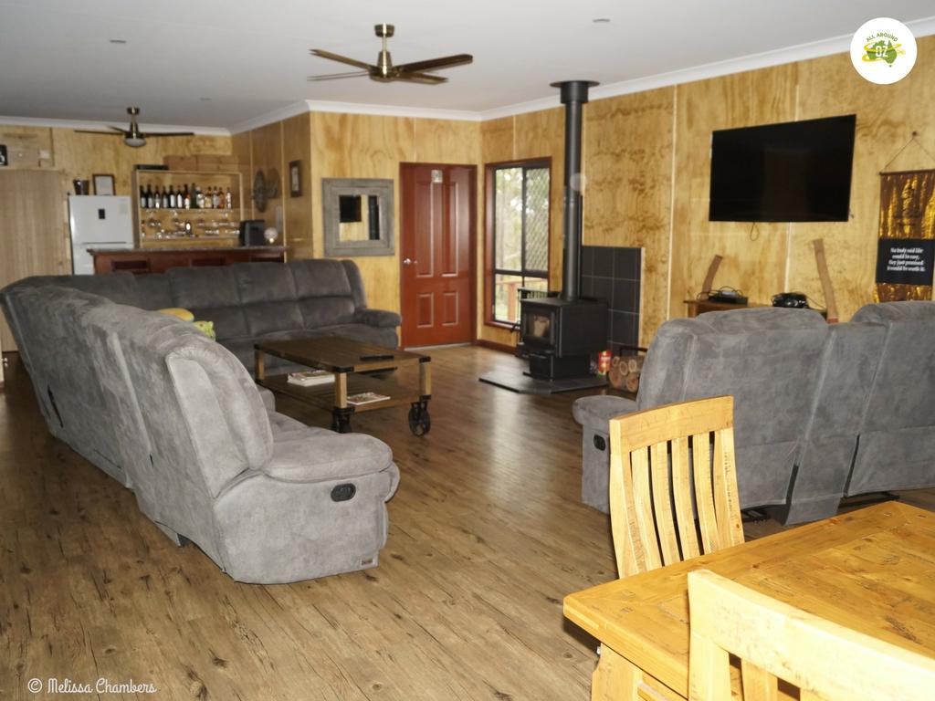 Tweeters Country Getaway Loungeroom