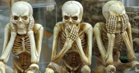 骸骨の人形(見ざる、言わざる、聞かざるの姿勢)
