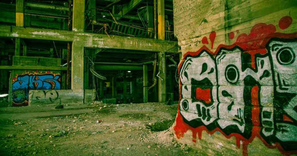 治安の悪い街の廃墟