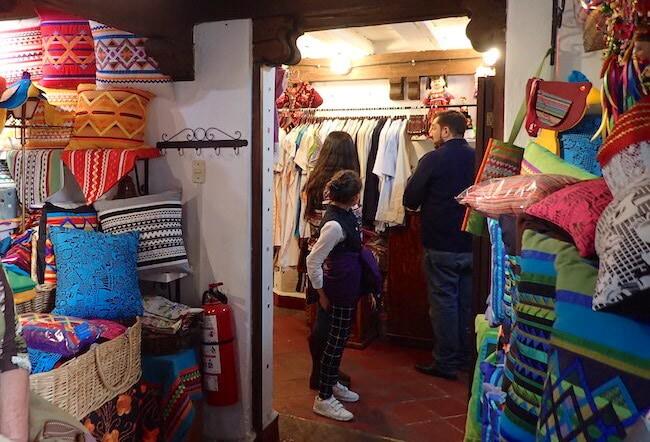 枕と刺繍服の店