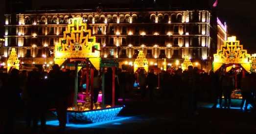 死者の日の夜(メキシコシティのソカロ)