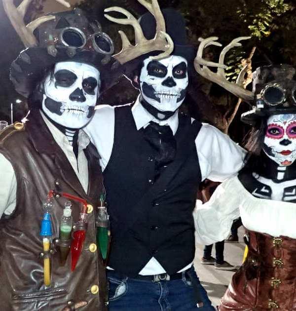 鹿の角の骸骨メイクの3人組