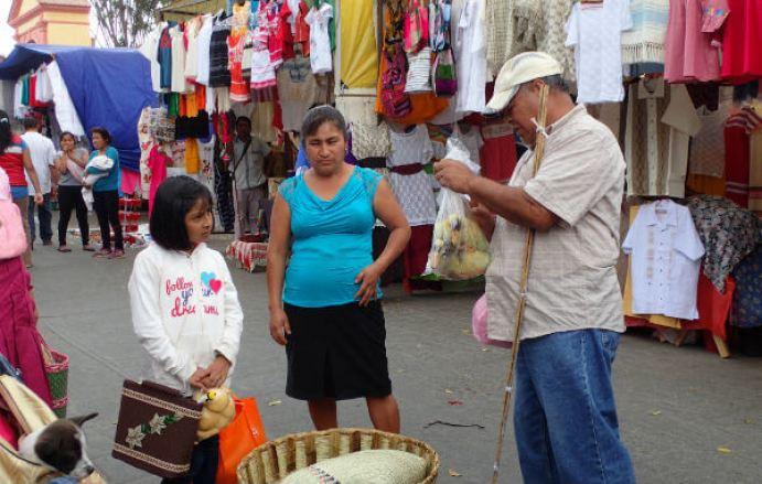 オアハカの市場でアヒルを買う親子