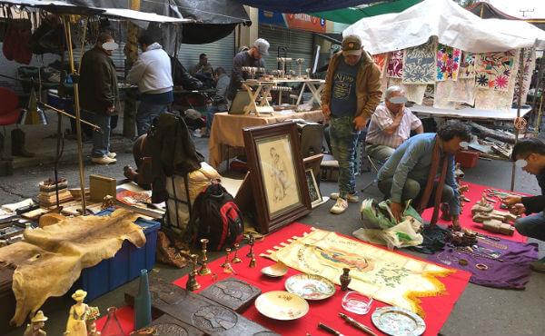 ラグニージャ市場のアンティークや民芸品