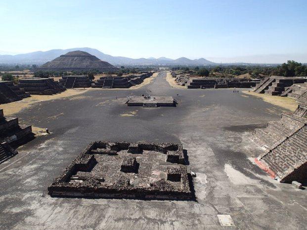 テオティワカン遺跡の月のピラミッドから死者の大通りを望む