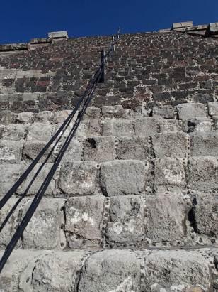 テオティワカン遺跡急な階段