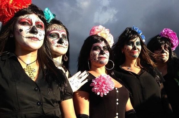 死者の日のスカルメイク女性グループ