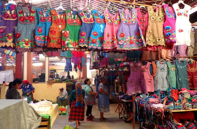 トラコルーラの市場で売られる刺繍エプロン