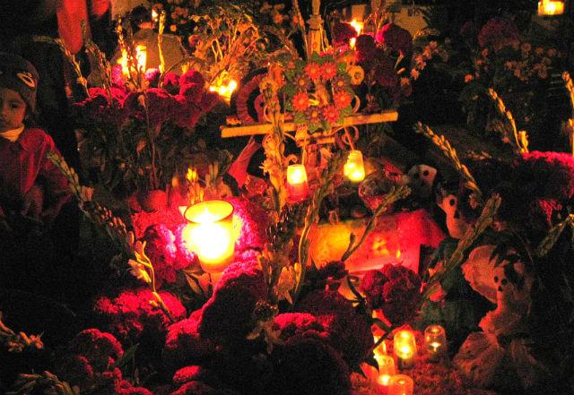 夜、ロウソクの灯ったお墓(メキシコ)