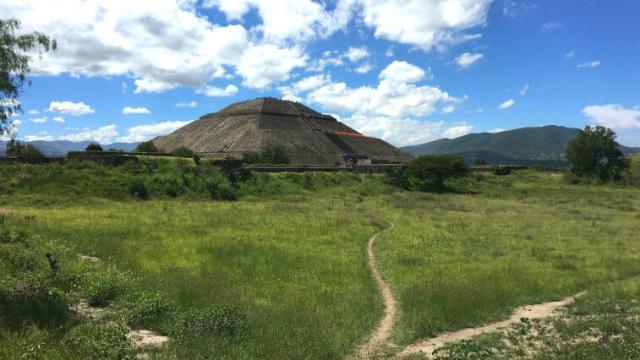 テオティワカン遺跡と草原の道