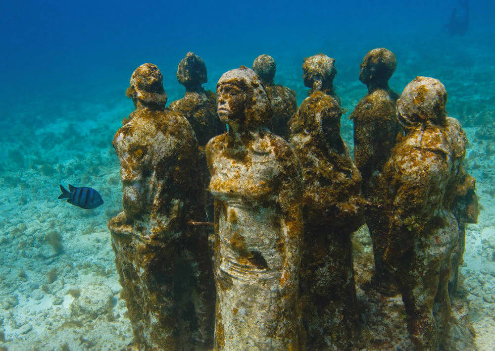 海底のMUSAの像