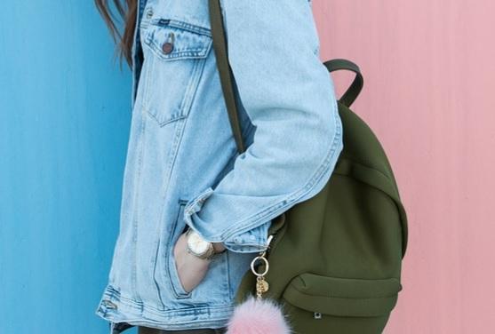 女の子の持つバッグ