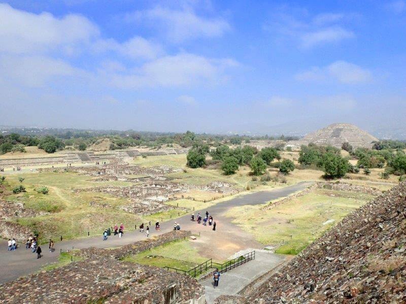 テオティワカン遺跡の太陽のピラミッドから月のピラミッドを望む