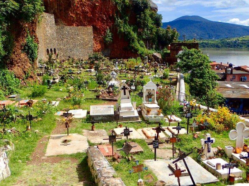 パツクアロ湖のお墓(死者の日の起源)