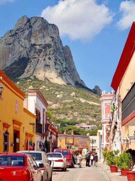 町から見えるペニャ・デ・ベルナル山