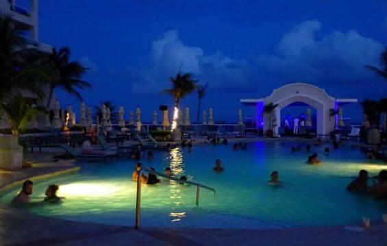 グランカリベ(パナマジャック)ホテル夜のプール