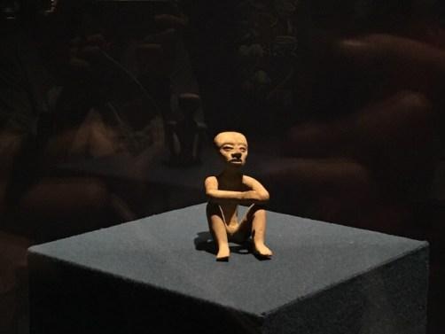 テオティワカン遺跡の博物館のお山座りの土偶