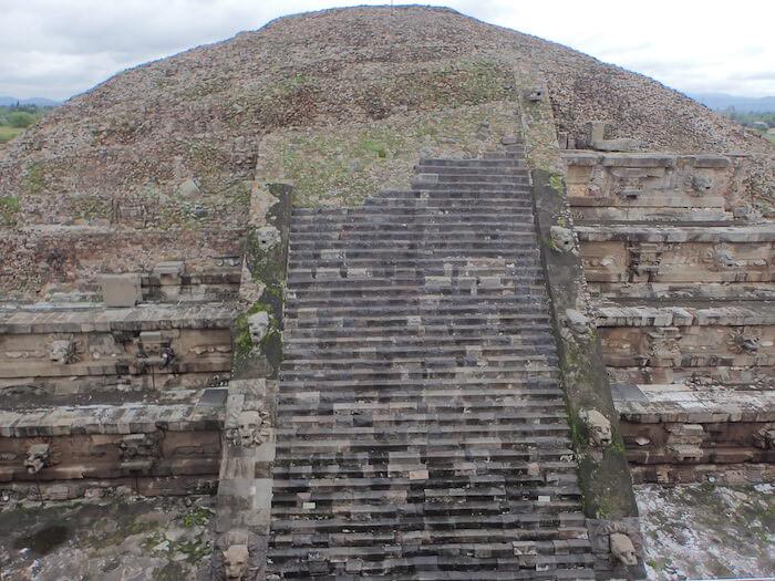 テオティワカン遺跡のケツァルコアトル神殿全体像