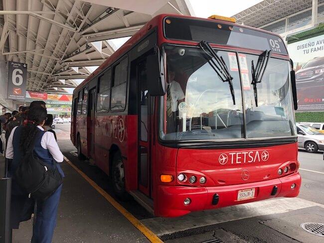 メキシコシティ空港ターミナル間移動のバス1