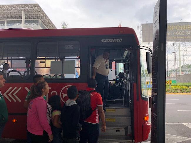 メキシコシティ空港ターミナル間移動のバス3