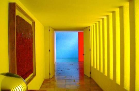ヒラルディ邸のプールと廊下