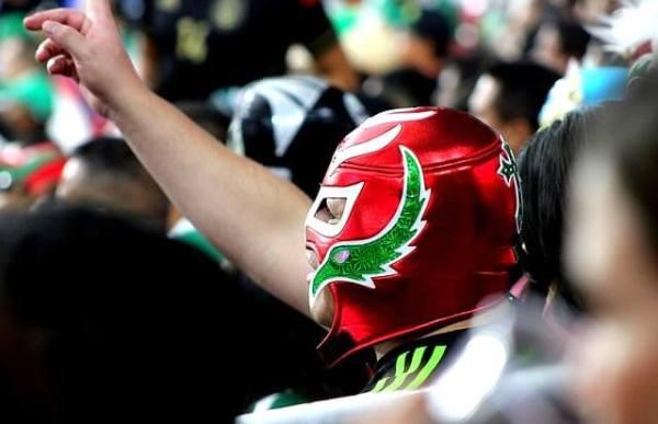 マスクをかぶってルチャ・リブレを応援する観客