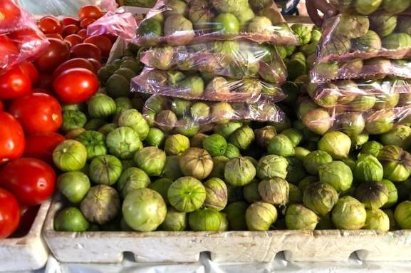 市場で売られるトマティージャ(緑トマト)