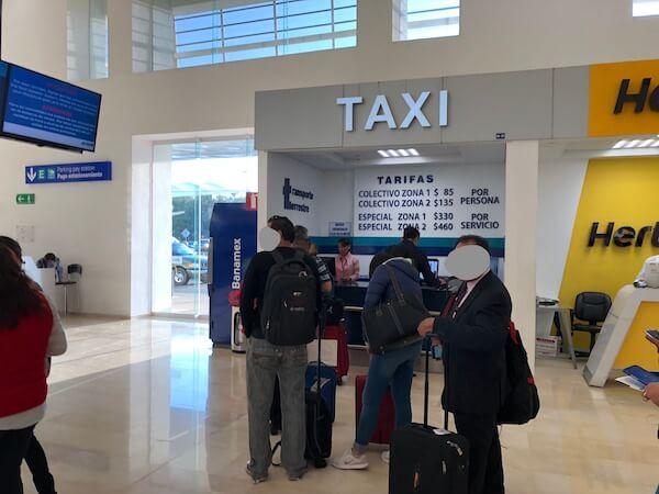 オアハカ空港の乗合ミニバスのチケット売り場1