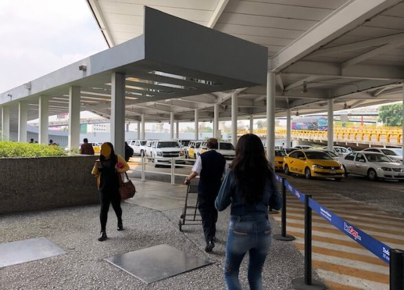 メキシコシティ空港第1ターミナルの地下鉄への道のり1