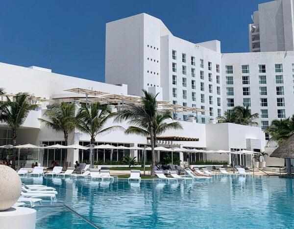 ルブラン・カンクンのプールとホテルの建物