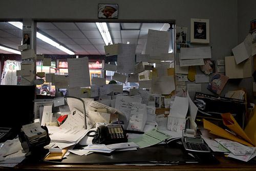 Снова завал на работе? Рабочие места трудоголиков в фотосерии Джозефа Холмса