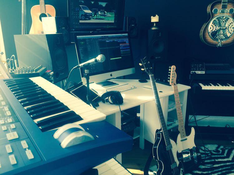 Ein Blick in das Heaven's Club Studio des hamburger Musikers und Komponisten David Alleckna während der Produktion einer Werbemusik für VW Transporter. Man sieht eine Egitarre, eine Bassgitarre und ein Keyboard.