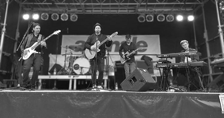 Der hamburger Sänger Sebó mit seiner Band und dem Bassisten David Alleckna aus Hamburg auf der Bühne während eines Konzerts auf der Altonale in Hamburg.
