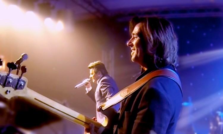 Der hamburger Bassist David Alleckna während eines Konzerts mit dem Sänger Thomas Anders (ehemals Sänger von Modern Talking) in Almaty, Kasachstan.