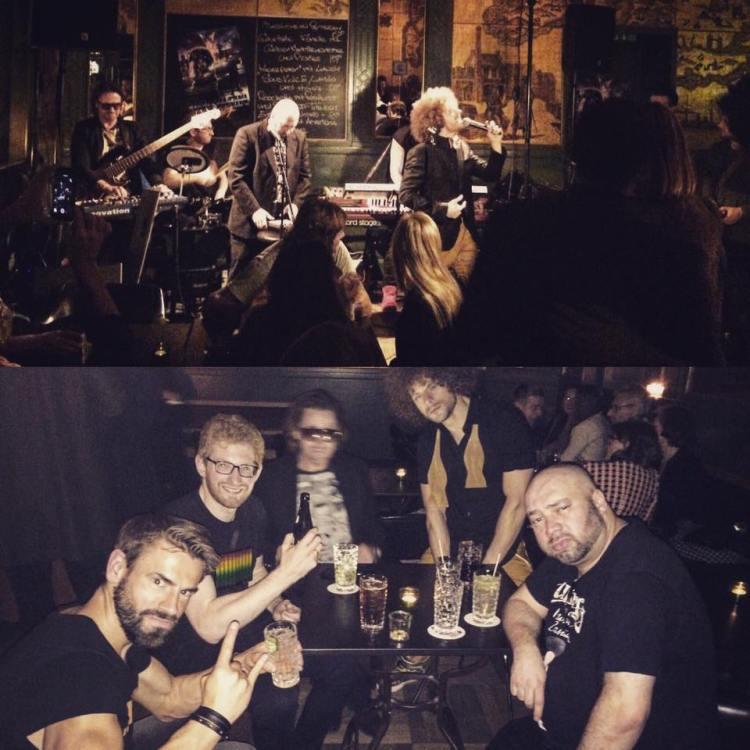 """Die Band Papillon Rising mit Retro-Funk, Soul und Pop-Musik während eines Auftritts für GQ Germany im Club """"Goldene Bar"""" in München mit David Alleckna aus Hamburg an der Bassgitarre und am Synthesizer."""