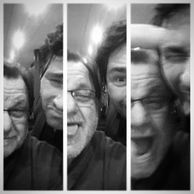 Der bekannte Sänger Klaus Lage und der hamburger Bassist David Alleckna albern rum nach einem gemeinsamen Konzert in Flensburg.