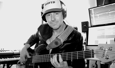 """Der hamburger Bassist und Komponist David Alleckna während Bass-Aufnahmen in seinem """"Heaven's Club Studio""""."""