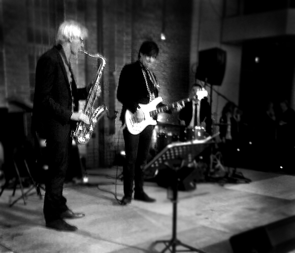 Die Band Jazztett aus Flensburg mit Saxofon und dem hamburger Bassisten David Alleckna der einen weißen Yamaha-Bass spielt. Es wird Jazz aus dem Realbook beim Neujahresempfang im Bürgerhaus Harrislee gespielt.