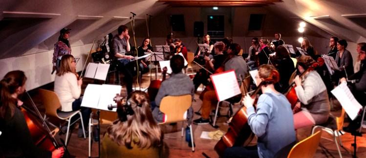 Russische Klassik meets Deutschpop bei der Hamburger Band Xusha die hier mit dem Jungen Orchester Hamburg für ein Konzert im Miralles Saal Hamburg probt. Man sieht das Orchester mit seinen Instrumenten aus der Sicht des hamburger Bassisten David Alleckna.