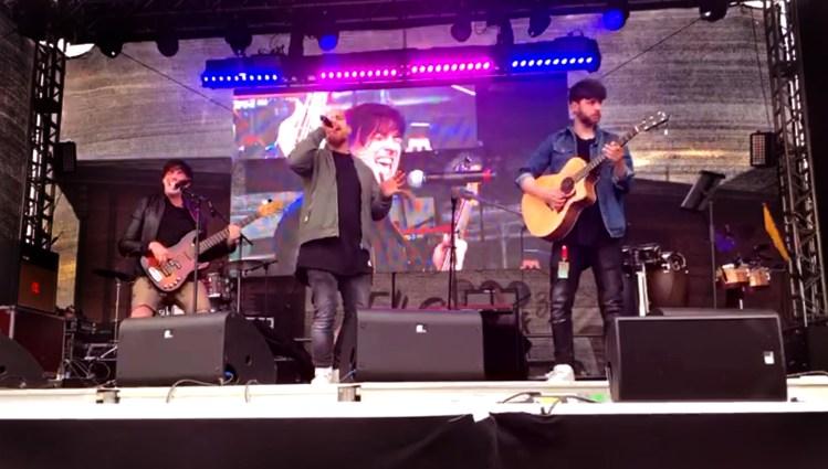 Musiker der Sebó-Band (Gesang, Gitarre, Bass, Percussions) auf einer Bühne beim Hamburger Hafengeburtstag 2018